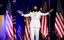Thông điệp mạnh mẽ từ bộ vest trắng bà Harris mặc trong đêm mừng chiến thắng