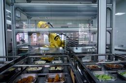 Robot chuẩn bị bữa trưa cho học sinh, đảm bảo an toàn thực phẩm