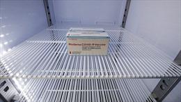 Nhân viên vệ sinh làm lỏng phích cắm tủ lạnh, gần 2.000 liều vaccine COVID-19 bị hỏng