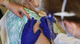 Cụ bà 97 tuổi bị tiêm nhầm hai loại vaccine COVID-19 khác hãng