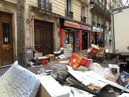 Rác ngập đường thủ đô hoa lệ Paris, dân bức xúc yêu cầu giải cứu