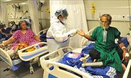 Phóng viên căng mình đưa tin giữa tâm dịch COVID-19 ở Ấn Độ