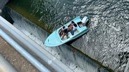 Thót tim cảnh thuyền chở khách du lịch mấp mé trên mép đập cao hơn 10m