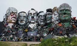 Nghệ sĩ Anh dùng rác thải điện tử 'điêu khắc' gương mặt các lãnh đạo G7