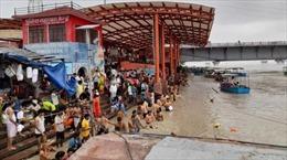 Dịch chưa hết, hàng nghìn người Ấn Độ đổ về sông Hằng tắm