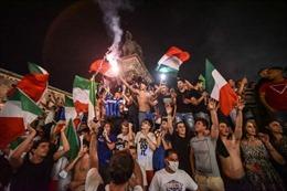 Người dân Italy ùa ra đường ăn mừng chiến thắng vô địch Euro 2020