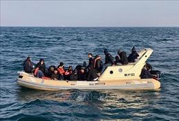 Anh triển khai biện pháp mạnh tay ngăn chặn dòng người di cư qua eo biển Manche