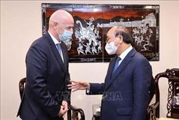 Chủ tịch nước Nguyễn Xuân Phúc tiếp Chủ tịch Liên đoàn Bóng đá Thế giới