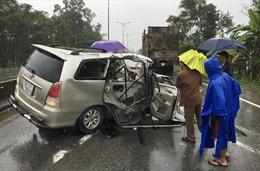 Thừa Thiên - Huế: Xe con đâm vào đuôi xe chở gỗ, 2 người bị thương