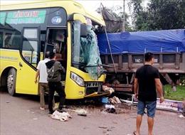 Xe tải và xe khách đấu đầu trên quốc lộ 18A, hai tài xế bị thương nặng