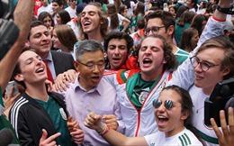 WORLD CUP 2018: Cổ động viên Mexico đổ đến Đại sứ quán Hàn Quốc ăn mừng