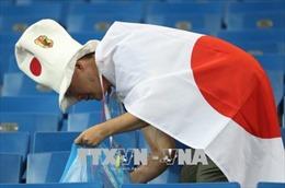Rơi nước mắt vì thua Bỉ, CĐV Nhật Bản vẫn cặm cụi dọn rác sau trận đấu