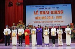 Phó Chủ tịch nước Đặng Thị Ngọc Thịnh dự Lễ khai giảng Đại học Y Hà Nội