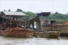 Nam Định tạm giữ tàu khai thác cát trái phép trên biển
