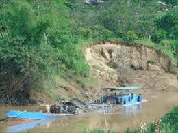 Bắt quả tang 2 tàu hút cát trái phép trên sông Hồng