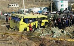 Xe mất lái lao vào cột bê tông, 10 sinh viên thiệt mạng