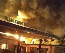 Đang chuyển xăng vào hầm chứa, xe bồn chở xăng bất ngờ bốc cháy dữ dội