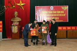 Phó Thủ tướng Vương Đình Huệ tặng quà cho hộ nghèo và nạn nhân chất độc da cam