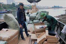 Bắt giữ đò sắt chở 4 tấn hàng hóa nhập lậu từ Trung Quốc