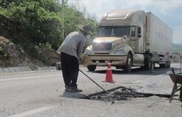 Khắc phục xong hàng loạt 'ổ voi'  trên quốc lộ 1
