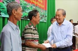 Phó Thủ tướng Trương Hòa Bình tặng quà cho gia đình chính sách tỉnh Đồng Tháp