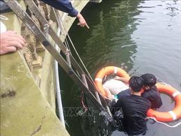Đi câu cá, người đàn ông ngã xuống hồ tử vong