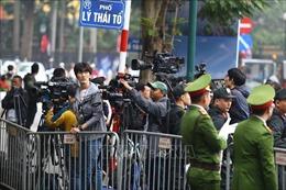 Phóng viên trong nước và quốc tế chờ đưa tin bên ngoài khách sạn Metropole