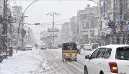 Tuyết, mưa lũ ập xuống Pakistan làm hàng chục người thương vong