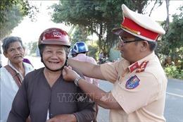Bến Tre tặng mũ bảo hiểm đúng quy chuẩn cho người tham gia giao thông