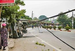 Xe rơ moóc lật ngang làm gãy cột điện ở Điện Biên, giao thông ách tắc