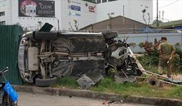 Xe Mercedes tông hàng loạt xe máy, húc đổ cột đèn, làm 3 người bị thương