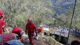 Xe buýt rơi xuống hẻm núi vì cố vượt ô tô tải, ít nhất 49 người thương vong