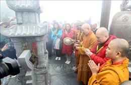 Đoàn đại biểu Phật giáo quốc tế làm lễ cầu an trên đỉnh thiêng Fansipan