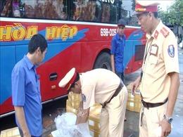 Phát hiện xe khách chở hơn 300 kg tôm bơm tạp chất Agar