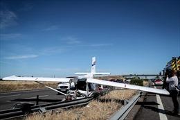 Hạ cánh khẩn cấp trên đường cao tốc, máy bay đâm liên tiếp phương tiện giao thông
