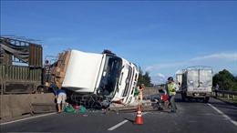 Va chạm với xe cùng chiều, ô tô tải tông dải phân cách rồi lật ngang trên Quốc lộ