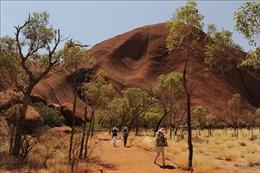 Du khách đến núi đá thiêng Uluru ở Australia tăng đột biến