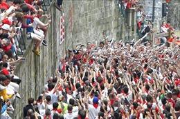 Hàng nghìn người quàng khăn đỏ cùng thắp nến, chia tay lễ hội chạy với bò tót