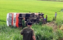 Lật xe buýt, hai người chết, 8 người bị thương