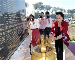 Chủ tịch Quốc hội dâng hương tưởng niệm các Anh hùng liệt sĩ tại Vĩnh Long
