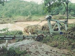 Lũ cuốn trôi 2 cầu treo dân sinh ở Bình Phước, 3 người bị mắc kẹt