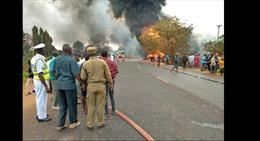 Mót xăng từ xe chứa nhiên liệu bị lật, ít nhất 57 người thiệt mạng
