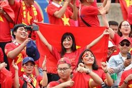 Cổ động viên Việt Nam 'nhuộm đỏ' sân vận động Thammasa