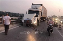 Ba xe máy bị đâm xuống sông Hồng: Một người mất tích, lái xe container bỏ trốn