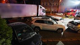 Xe tải tông vào 9 ô tô khiến nhiều người bị thương, nguy kịch