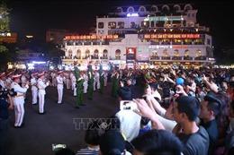 Đoàn nghi lễ Công an nhân dân diễu hành, biểu diễn tại phố đi bộ hồ Hoàn Kiếm