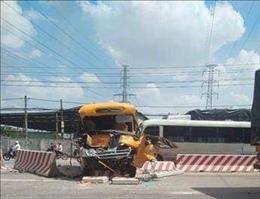 Xe khách mất lái tông vào dải phân cách trên quốc lộ 13