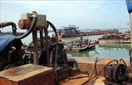 Bắt giữ ba sà lan khai thác cát trái phép trên biển Cần Giờ