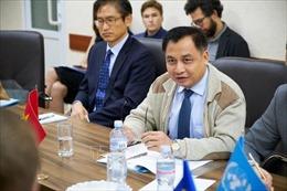 Đại sứ Việt Nam tại Ukraine thăm khu vực chiến sự ở miền Đông