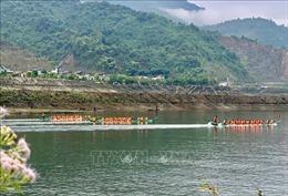 Khai hội đua thuyền đuôi én tại Mường Lay